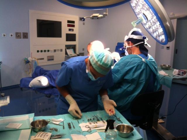 Técnica FUE: El Dr. Ramiro Yane, durante una intervneción de trasplante capilar